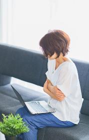 自宅でテレワークをする中年女性【ウィズコロナのニューノーマル】
