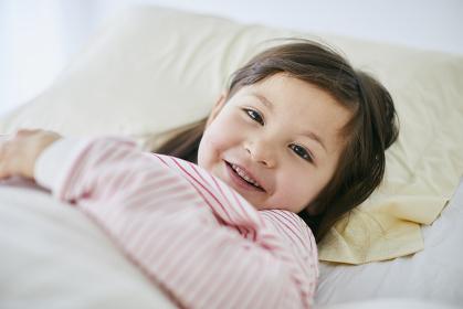 ベッドで横になるハーフの子供