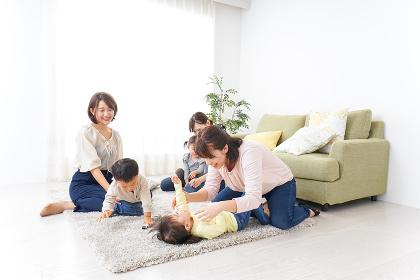 自宅に集まるお母さんと子供