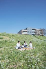 ピクニックを楽しむ人たち
