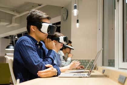 VRゴーグルをつけて仕事をする人々