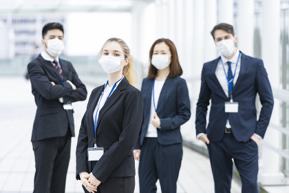 マスクを装着するビジネスマンのチーム