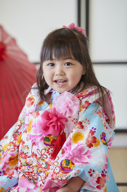 和傘と七五三の日本人の女の子