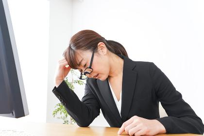 過労・長時間労働・残業に苦しむビジネスウーマン