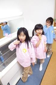 歯磨きをする幼稚園児