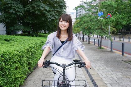 電動自転車で子供を送るお母さん