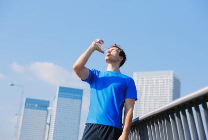 水を飲む外国人男性