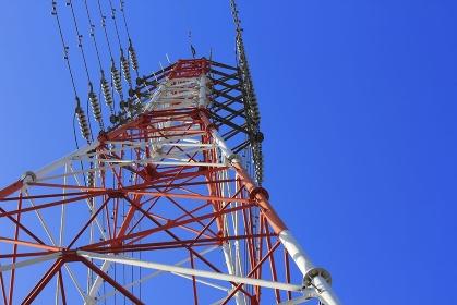 高圧線鉄塔の電線と青空