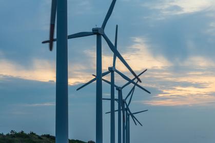 夕日に照らされる風力発電