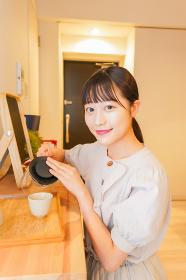 お茶を入れる若い女性