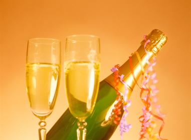 グラスとシャンパンボトル