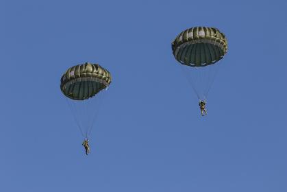 パラシュートで降下するアメリカ特殊部隊のグリーンベレー兵士(習志野市・千葉)