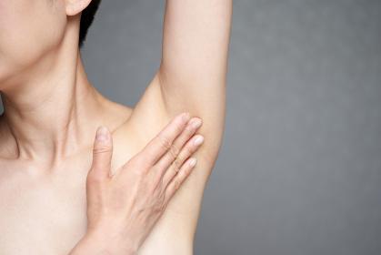 脇を気にする中年の日本人女性