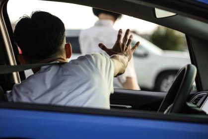 喧嘩して車から出ていく女性
