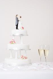 ウェディングケーキとシャンパン