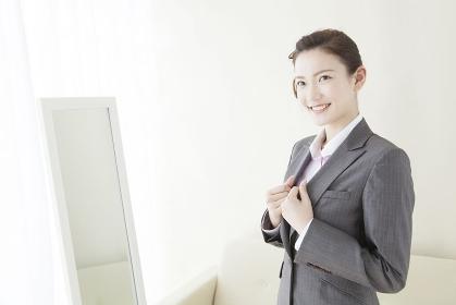 スーツに着替える女性