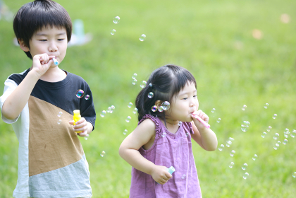 しゃぼん玉で遊ぶ子供たち