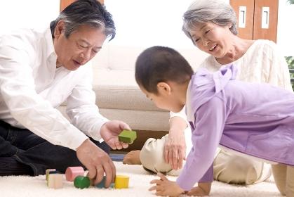 孫と遊ぶ老夫婦