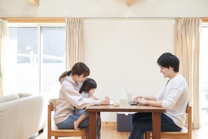 絵を描く母子とテレワークをするアジア人のお父さん