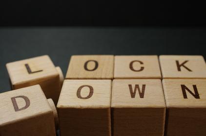 アルファベットの積み木で作ったロックダウン(lockdown)の文字