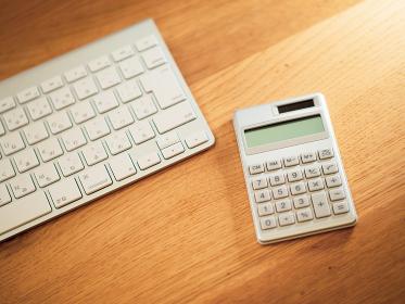 パソコンのキーボードと電卓