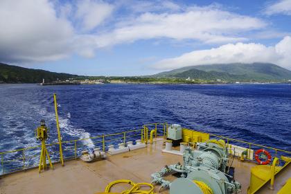 八丈島の底土港を出港する定期船