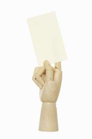 名刺を持つ木製の手