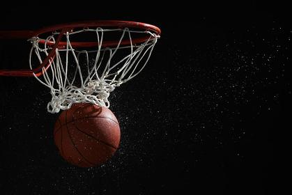 ゴールに入るバスケットボール