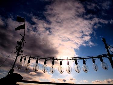 夕暮れの空と漁船の集魚灯