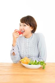 新鮮なサラダを食べる若い女性