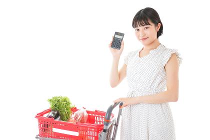 家計を計算する若い主婦