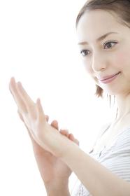 爪を見る女性