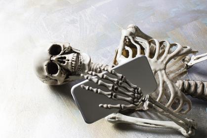 スマホを持つ骸骨