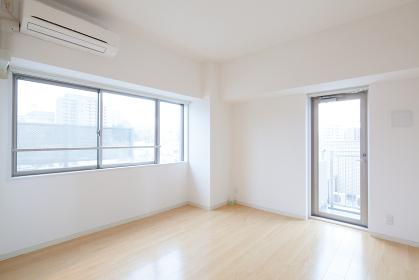 エアコンと窓・ドアのある部屋
