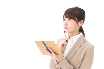 考えながら書く女性