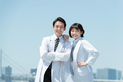 男性と女性の医者・チームワーク