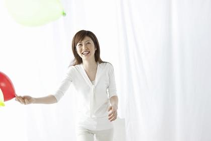 風船で遊ぶ女性