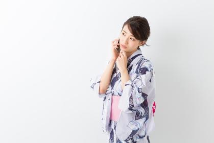 浴衣を着た女性 電話 考える