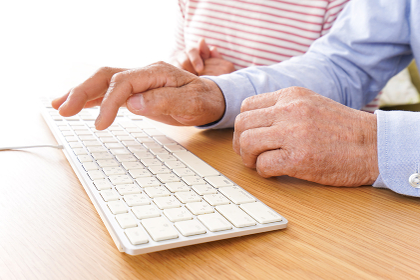 パソコンを使う高齢の夫婦