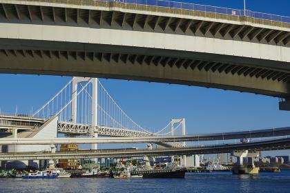 東京港に掛かる吊橋とループ橋