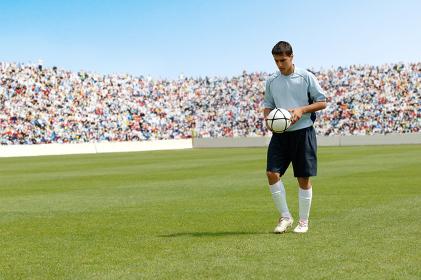 サッカーボールを持つサッカー選手