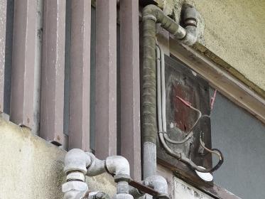廃墟の古いアパートの取り外した電力メーターの跡
