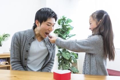 父親にチョコを食べさせる娘