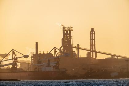 関門海峡を望む工業都市北九州の夕焼け