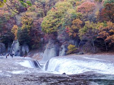 群馬県の迫力ある吹割の滝と紅葉