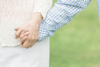 手を繋ぐ祖母と孫