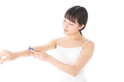 毛を剃る若い女性