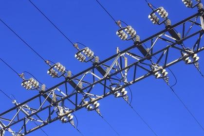 高電圧送電線と絶縁ガイシ
