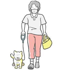 マスクをして犬の散歩をする中年女性