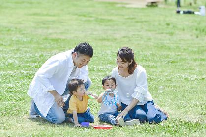 シャボン玉で遊ぶ家族